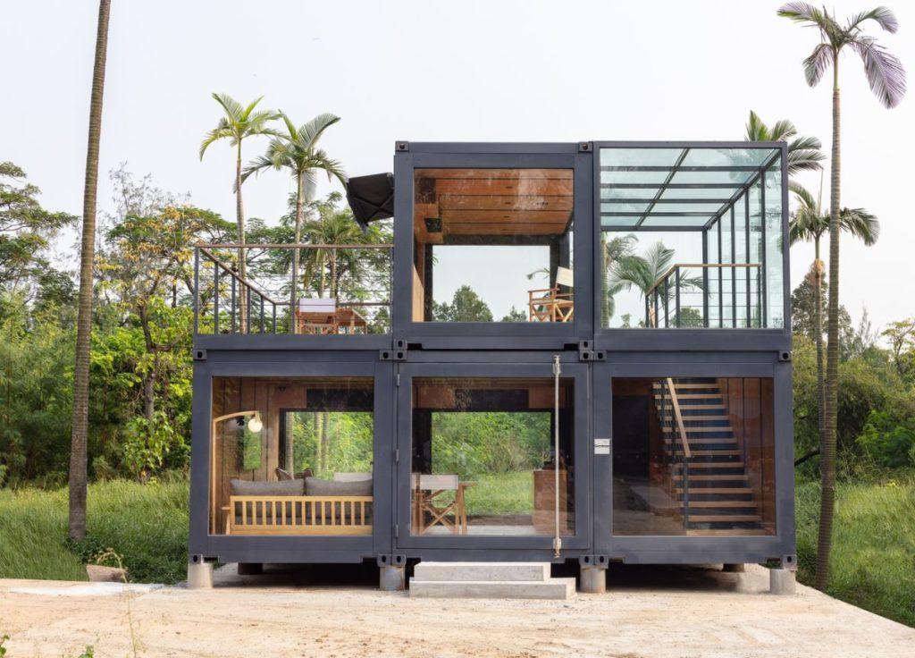 Byggeriet er lavet af fire forsendelsescontainere, der skaber i alt seks rum.